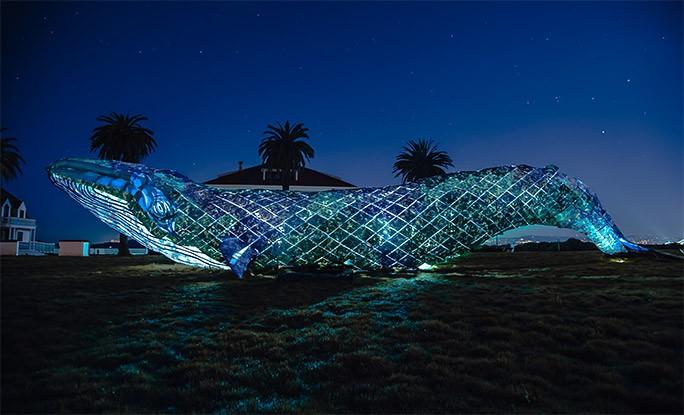 Niezwykła rzeźba ze 130 000 kilogramów plastiku z oceanu - GospodarkaMorska.pl