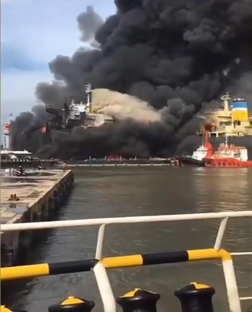 Ponad 20 rannych na płonącym tankowcu, dziesiątki osób wciąż na pokładzie (wideo) - GospodarkaMorska.pl
