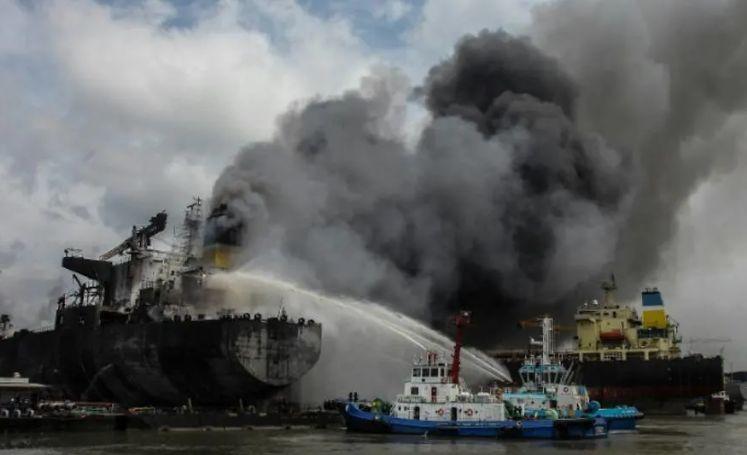 Pożar tankowca w Indonezji. Przynajmniej siedem osób nie żyje (wideo) - GospodarkaMorska.pl