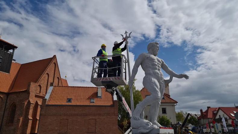 Władca wód Neptun pojawił się na helskim bulwarze - GospodarkaMorska.pl