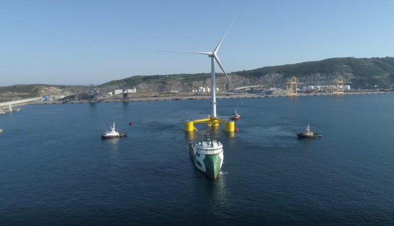 Ostatnia jednostka pierwszej półzanurzalnej pływającej farmy wiatrowej na świecie wyrusza z portu (foto, wideo) - GospodarkaMorska.pl