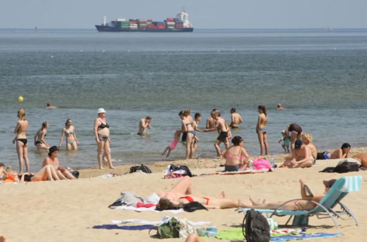 Dostępne dane nie wskazują, żeby koronawirus mógł się szerzyć przez wodę w kąpieliskach - GospodarkaMorska.pl