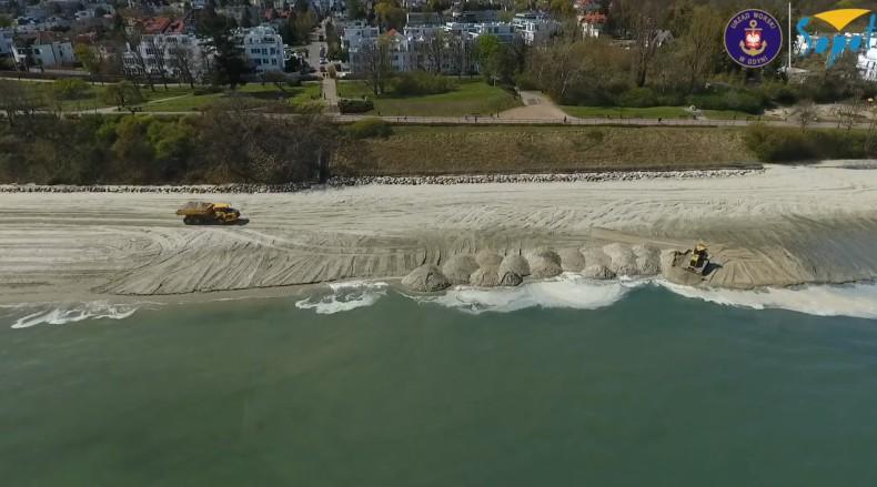 Zasilanie plaży w Gdyni Orłowie (wideo) - GospodarkaMorska.pl
