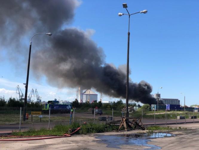 Pożar na terenach portowych (foto, wideo) - GospodarkaMorska.pl