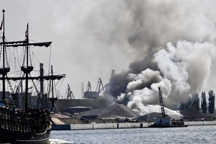 Groźny pożar na terenach portowych został opanowany - GospodarkaMorska.pl