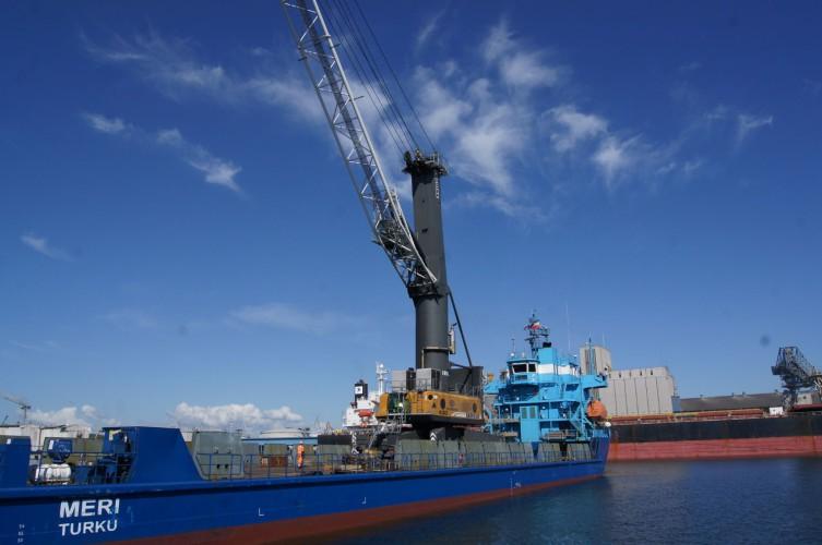 Czas na zmiany - 100 tonowy żuraw opuszcza OT Port Gdynia (foto) - GospodarkaMorska.pl