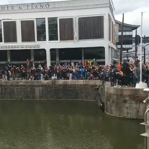 Posąg handlarza niewolników wrzucony do kanału (wideo) - GospodarkaMorska.pl