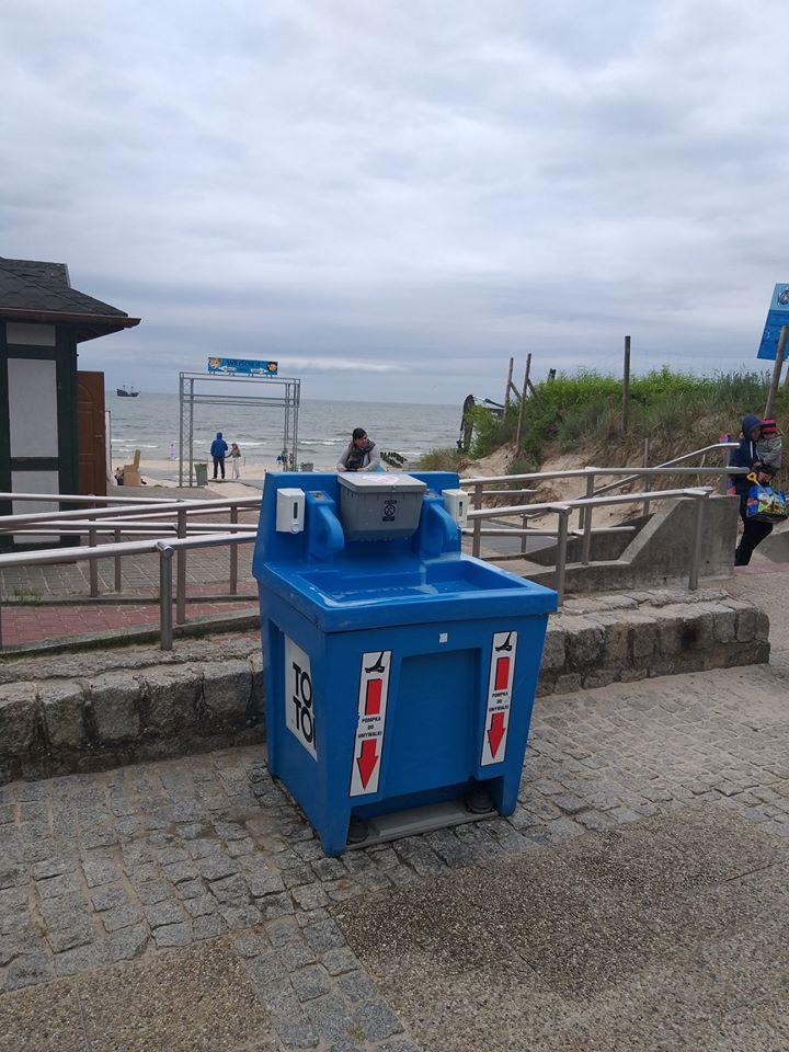 W Ustce umywalki przy każdym zejściu na plażę - mają ograniczyć rozprzestrzenianie się koronawirusa - GospodarkaMorska.pl