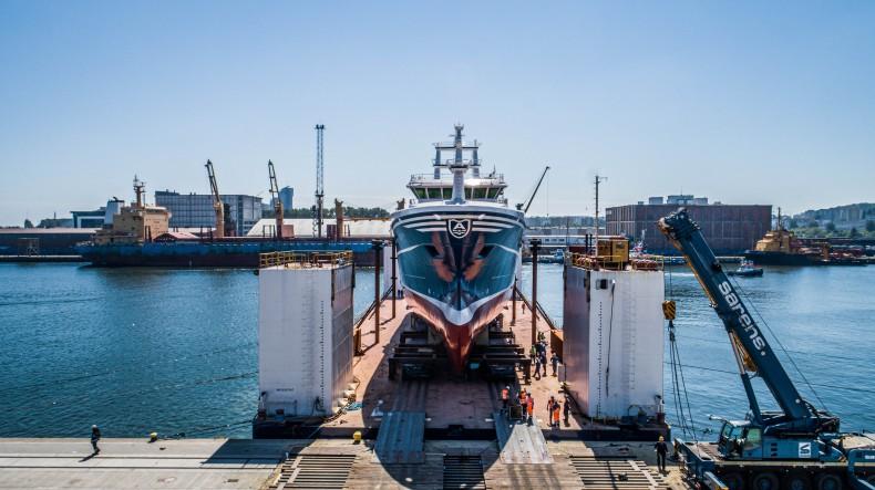Kolejne wodowanie statku rybackiego w stoczni Karstensen Shipyard Poland w Gdyni [foto, wideo] - GospodarkaMorska.pl