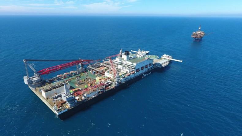 Gigantyczny statek Pioneering Spirit zlikwidował kolejną platformę Brent dla Shell [foto] - GospodarkaMorska.pl