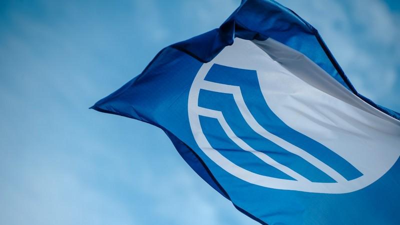 Bezpieczne wakacje - 9 Błękitnych Flag na gdańskich plażach - GospodarkaMorska.pl