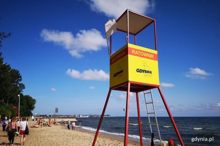 Białe flagi na plażach w Gdyni - GospodarkaMorska.pl
