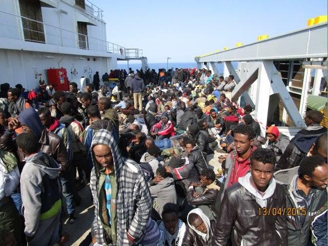 Statek z polską załogą uratował 420 uchodźców z Afryki - GospodarkaMorska.pl