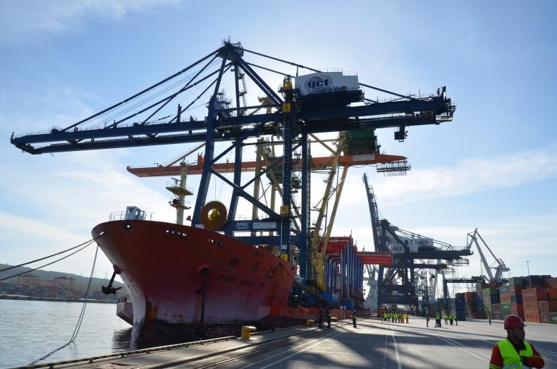 Do terminalu GCT w Gdyni przypłynęła nowa suwnica STS - GospodarkaMorska.pl