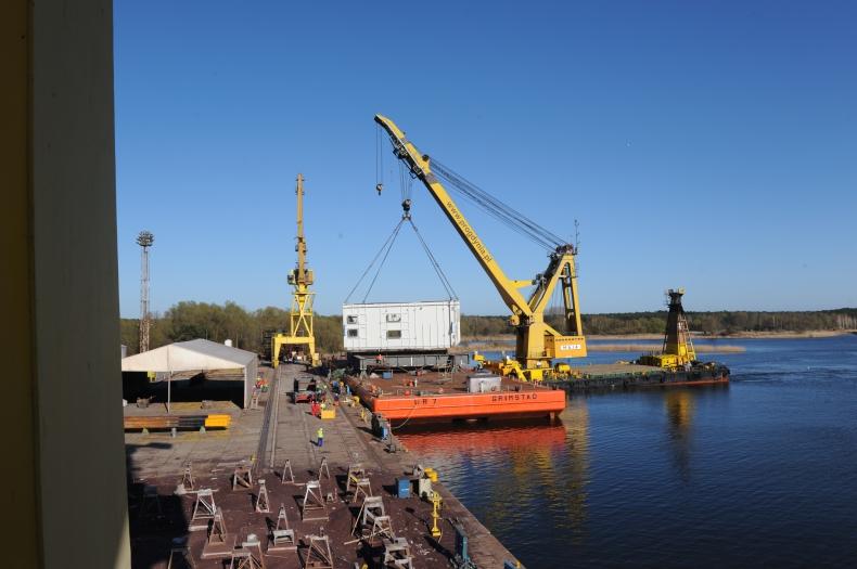 Załadunek modułu mieszkalnego platformy offshore w MSR Gryfia - GospodarkaMorska.pl