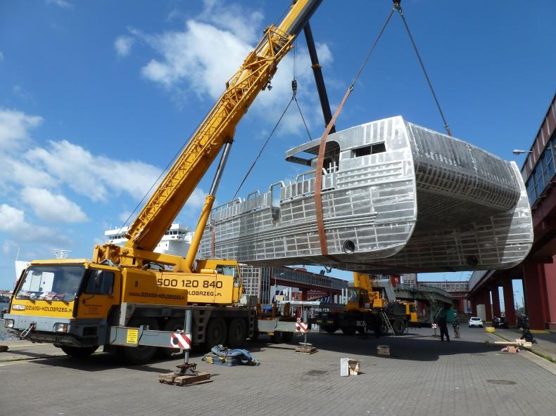 Transport 18-tonowego katamaranu - GospodarkaMorska.pl