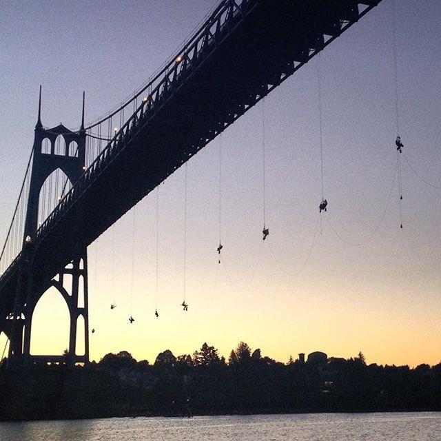 Zawiesili się na moście. Kolejny protest Greenpeace (WIDEO) - GospodarkaMorska.pl