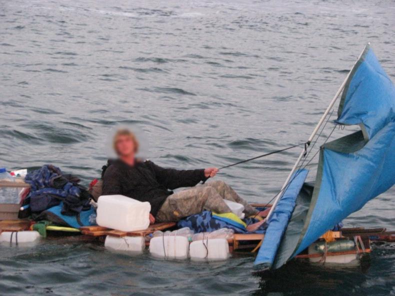Zbudował ponownie tratwę i odpłynął? Szukają go na morzu - GospodarkaMorska.pl