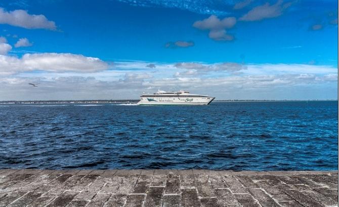 Prom z 650 pasażerami uderzył w dok u wybrzeży Walii - GospodarkaMorska.pl