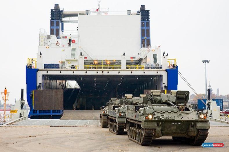 Wielki załadunek czołgów w Porcie Gdańsk (zdjęcia) - GospodarkaMorska.pl