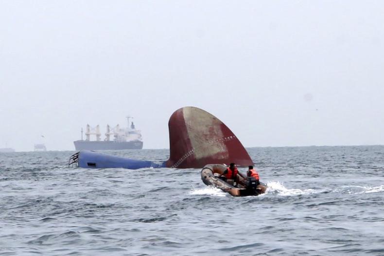 Trwają poszukiwania załogi zatopinego frachtowca - GospodarkaMorska.pl