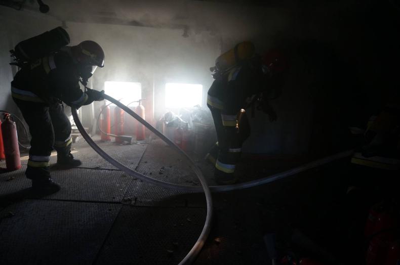 Pożar na pokładzie - ćwiczenia straży pożarnych - GospodarkaMorska.pl