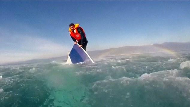 Jedyny uratowany na Morzu Egejskim (wideo) - GospodarkaMorska.pl