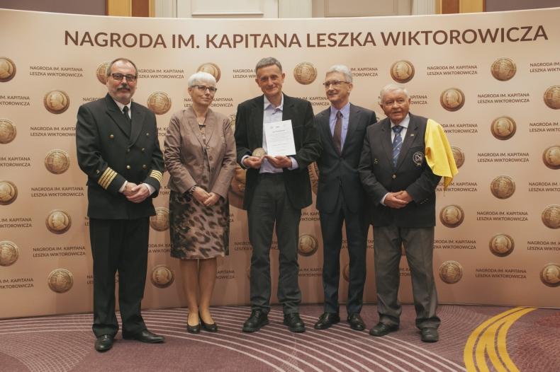 Kapitan Piotr Kuźniar oraz Zygmunt Choreń odebrali Nagrody im. Kapitana Leszka Wiktorowicza - GospodarkaMorska.pl
