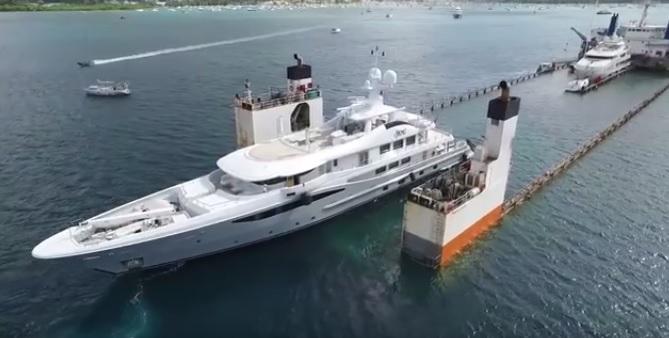 Tak wygląda załadunek jachtów na ciężarowiec (wideo) - GospodarkaMorska.pl