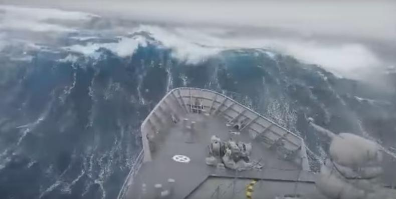 Ogromna fala uderza w okręt (wideo) - GospodarkaMorska.pl