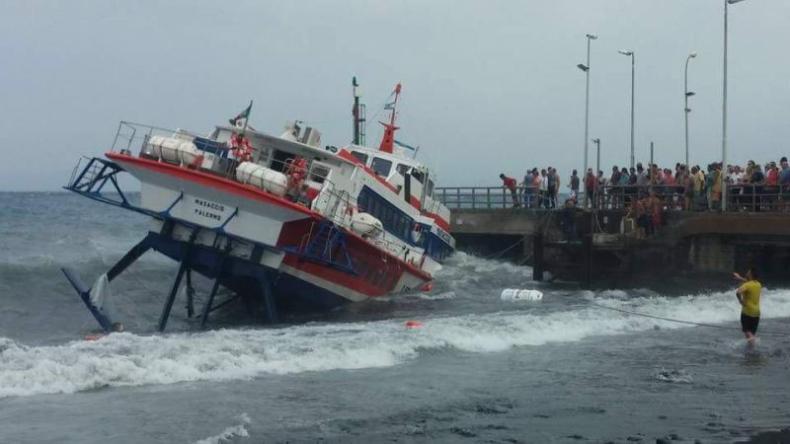 Musieli skakać z jednostki, która uderzyła w nabrzeże (wideo) - GospodarkaMorska.pl
