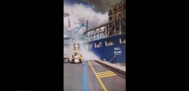 Mega kontenerowiec zarył w portowe nabrzeże (wideo) - GospodarkaMorska.pl