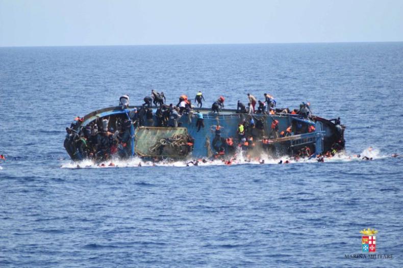Lekarze bez Granic natrafili na ponton z 200 uchodźcami i 22 ciałami - GospodarkaMorska.pl
