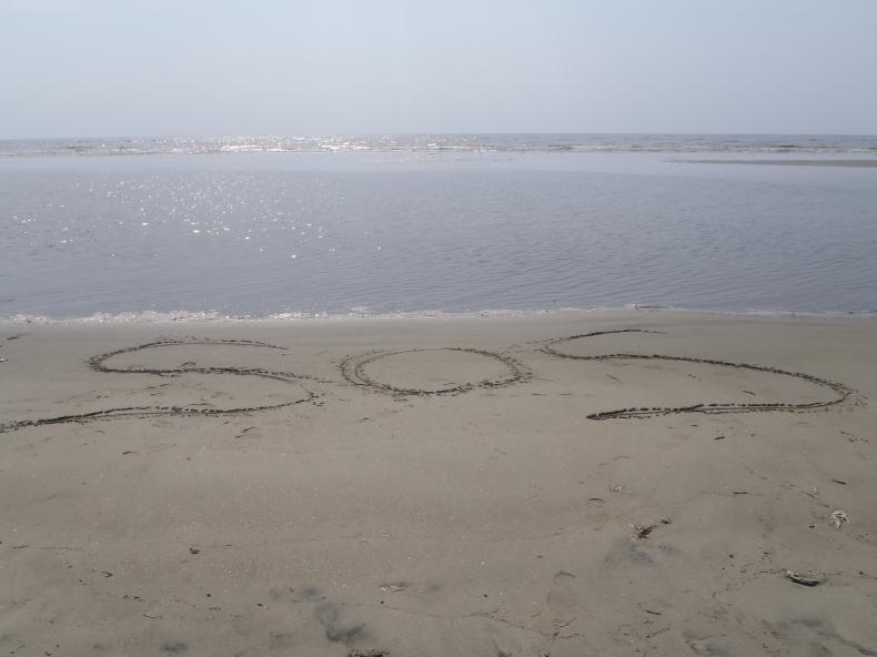 Uratowani z bezludnej wyspy dzięki SOS na piasku - GospodarkaMorska.pl