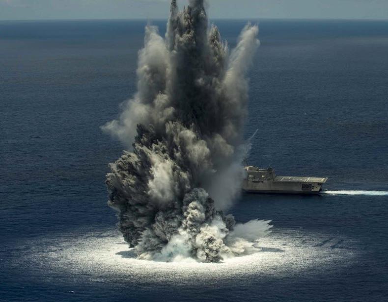 Wybuch za wybuchem. Zobacz niesamowite testy amerykańskiego okrętu (wideo) - GospodarkaMorska.pl
