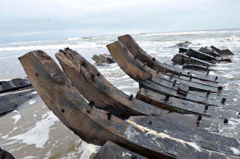 Sztorm wyrzucił na brzeg wrak XIX-wiecznego statku (foto) - GospodarkaMorska.pl