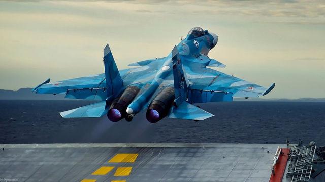 Su-33 rozbił się podczas lądowania na lotniskowcu na Morzu Śródziemnym - GospodarkaMorska.pl