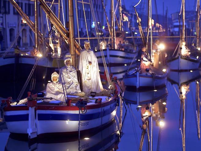 Niezwykła szopka na historycznych łodziach w starym porcie we Włoszech (foto) - GospodarkaMorska.pl