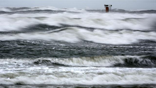 Na Pomorzu z powodu silnego wiatru sztorm na Bałtyku i brak prądu - GospodarkaMorska.pl