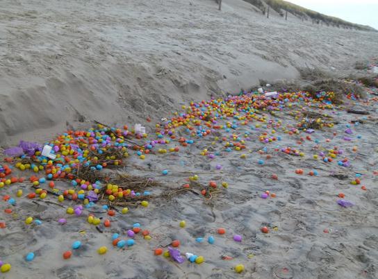 Morze wyrzuciło na brzeg tysiące kolorowych zabawek (foto) - GospodarkaMorska.pl