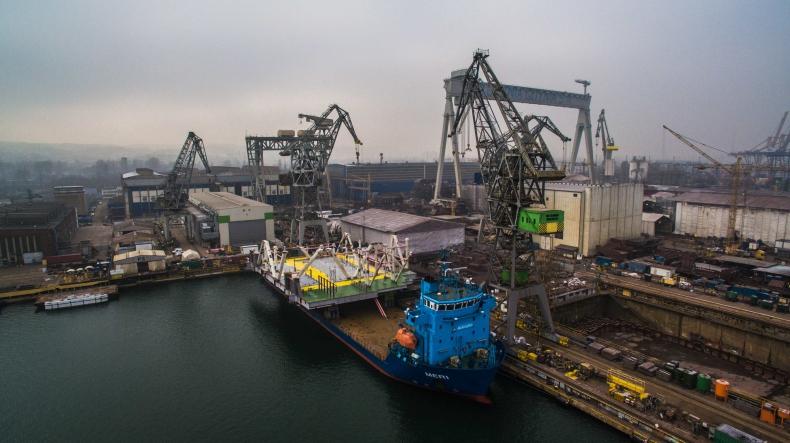 Gigantyczna konstrukcja wypłynęła z Gdyni. Waży aż 1 000 t (wideo) - GospodarkaMorska.pl