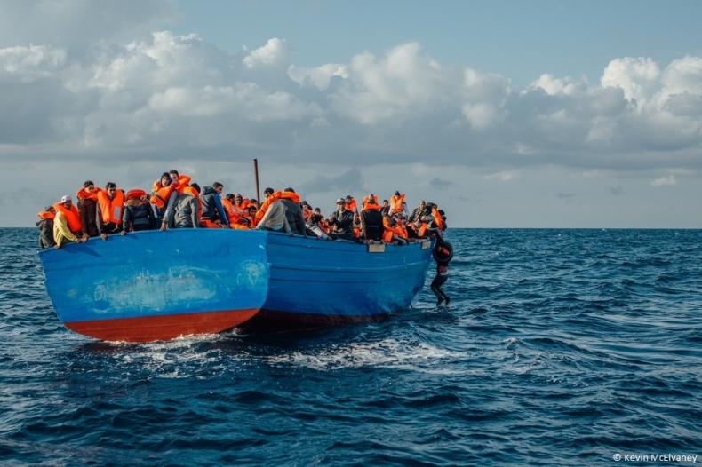 Włoska Straż Przybrzeżna przyszła z pomocą 1300 migrantom - GospodarkaMorska.pl