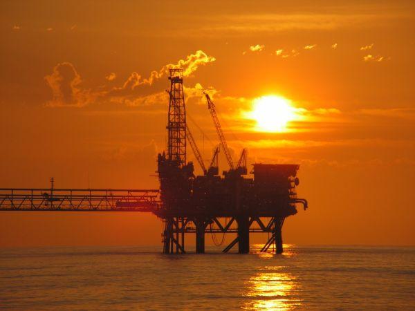 Ropa w USA droższa – pomaga jej benzyna, której jest coraz mniej - GospodarkaMorska.pl