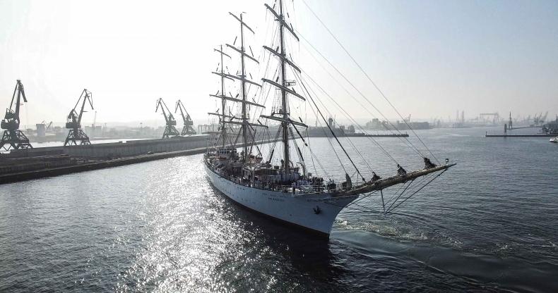 Dar Młodzieży obrzucony kamieniami w Antwerpii - GospodarkaMorska.pl