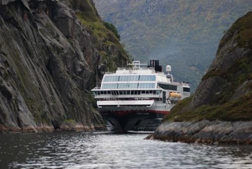 Poważne uszkodzenie promu należącego do Hurtigruten - GospodarkaMorska.pl