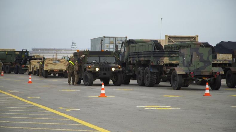 Amerykański sprzęt wojskowy w DCT. Rozładunek dobiega końca (foto, wideo) - GospodarkaMorska.pl