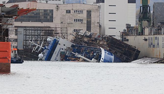 Wypadek w Naucie. Statek, który przechylił się w doku - stabilny - GospodarkaMorska.pl