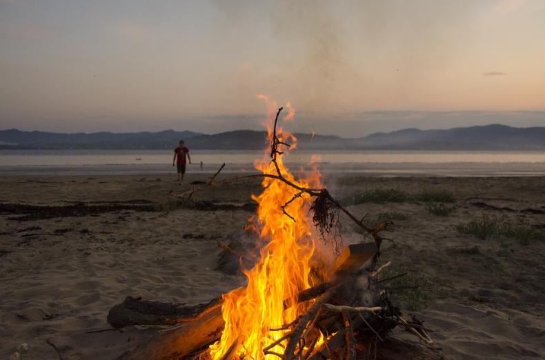Palenie ogniska na nadmorskiej plaży - za zgodą urzędu morskiego - GospodarkaMorska.pl