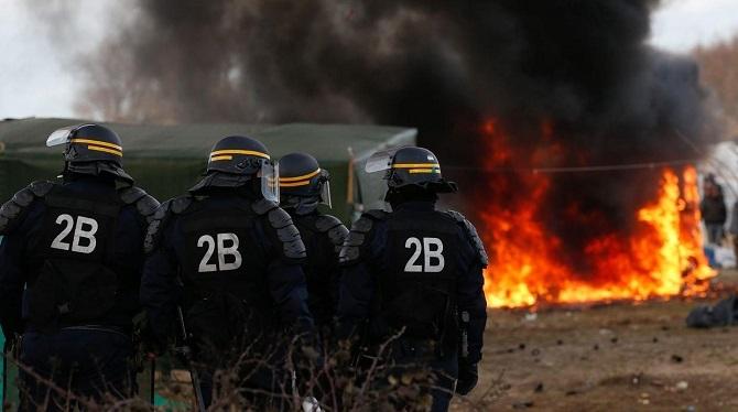 Wezwano dodatkowe służby policyjne do ochrony użytkowników portu w Calais - GospodarkaMorska.pl