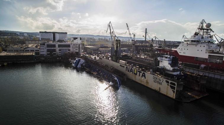 W SR Nauta rozpoczęła się operacja podnoszenia zatopionego statku i doku. Holendrzy mają na to 30 dni - GospodarkaMorska.pl